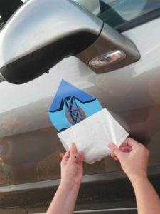 Pose de l'autocollant logo sur la portière d'une clio professionnelle