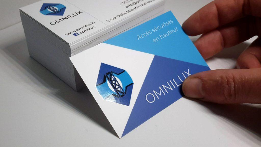 Des cartes de visite avec un vernis sélectif sur le logo