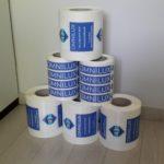 Réalisation de deux types d'étiquettes différentes, imprimées sur PVC blanc, découpe mi-chair, en rouleaux